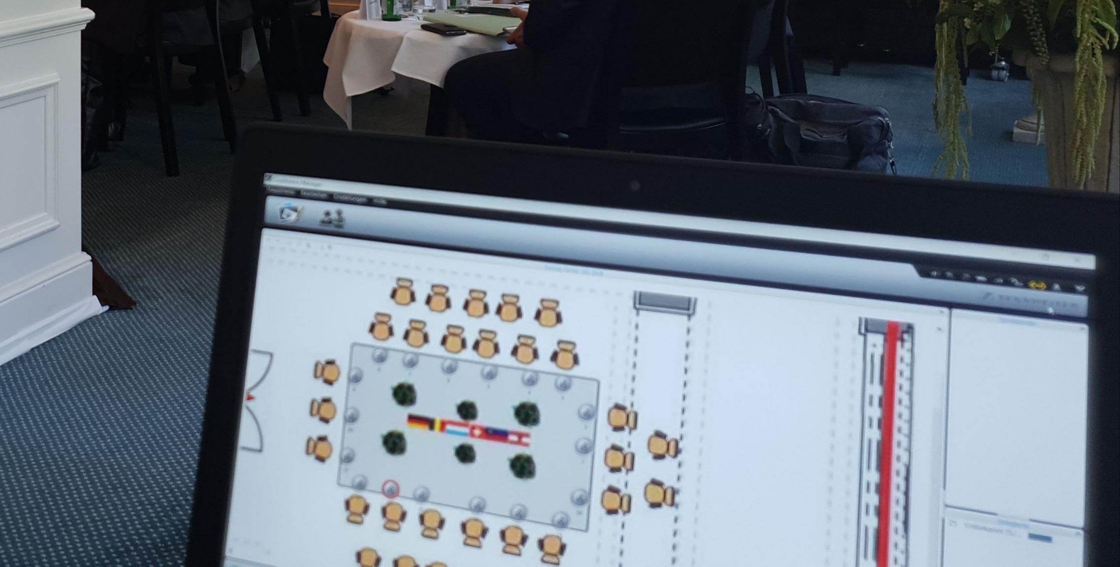 Eingerichtet wurden: Ein temporäres Sitzungszimmer mit Konferenzmikrofon-System inklusiv 18 Sprechstellen, und die Beschallung sowie Technik für die Pressekonferenz.